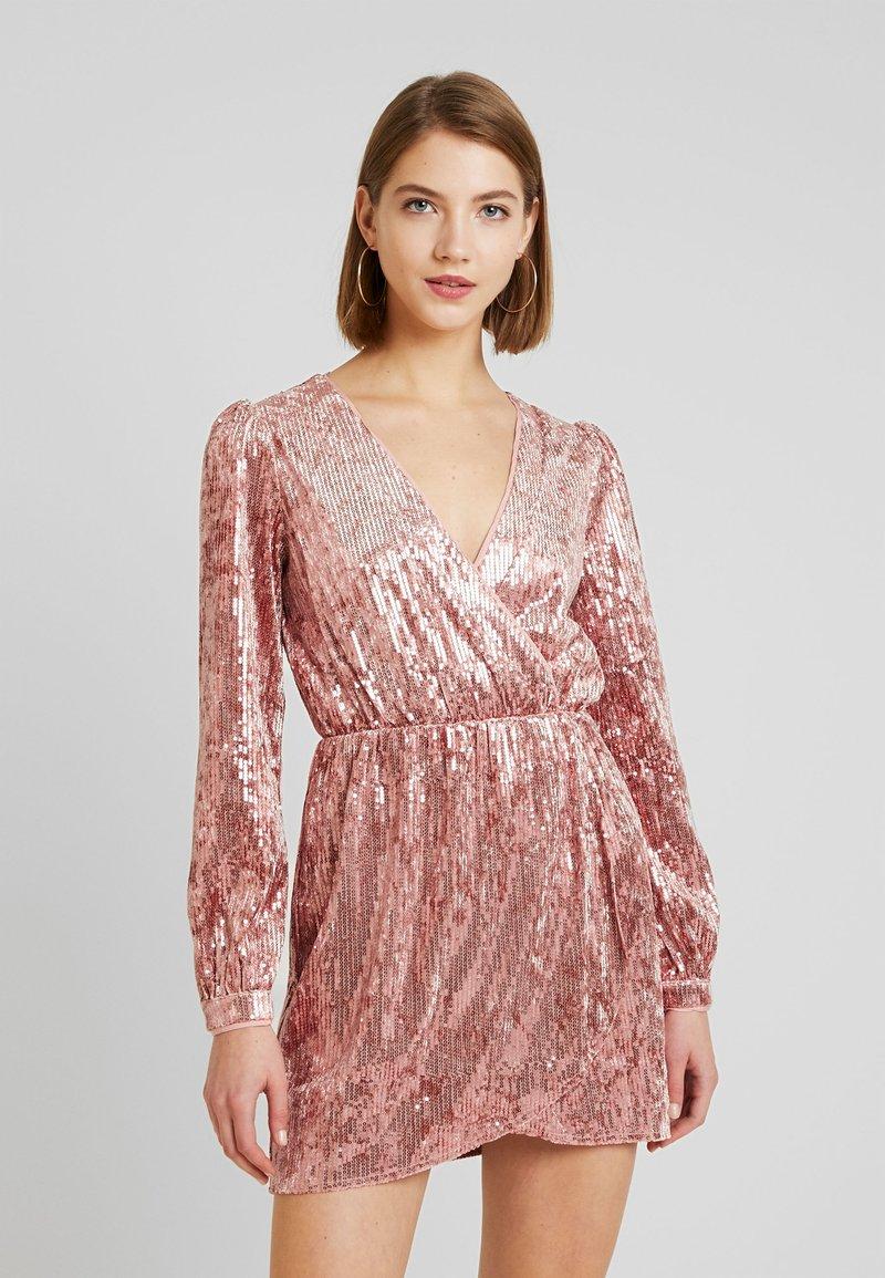Honey Punch - LONG SLEEVE SEQUIN MINI DRESS - Sukienka koktajlowa - pink