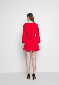 Honey Punch - V NECK WRAP DRESS - Cocktailkjoler / festkjoler - red - 2