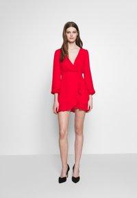 Honey Punch - V NECK WRAP DRESS - Cocktailkjoler / festkjoler - red - 1