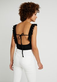 Honey Punch - BUSTIER RUFFLE BODYSUIT - T-shirt med print - black - 2