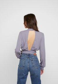 Honey Punch - CHOKER NECK WRAP FRONT - Bluzka z długim rękawem - dk. grey - 2