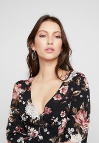 Honey Punch - PRINTED BUTTON FRONT  - Bluser - black flower - 4