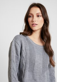 Honey Punch - NECK CROPPED LOVE SLEEVE - Trui - grey - 6
