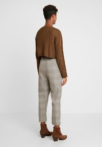 Honey Punch - NECK CROPPED LOVE SLEEVE - Maglione - olive - 2