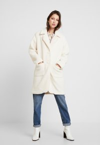 Honey Punch - COLLARED TEDDY COAT WITH FRONT POCKETS - Cappotto classico - ivory - 0