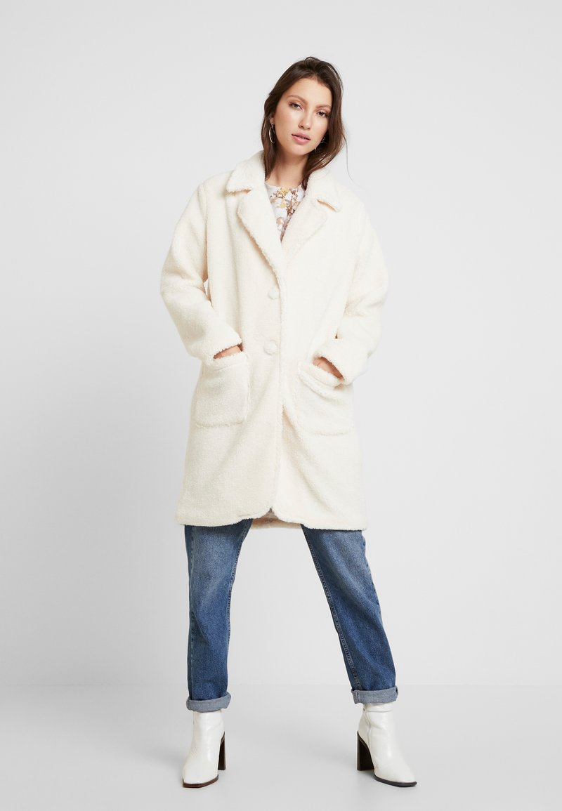 Honey Punch - COLLARED TEDDY COAT WITH FRONT POCKETS - Cappotto classico - ivory
