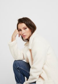 Honey Punch - COLLARED TEDDY COAT WITH FRONT POCKETS - Cappotto classico - ivory - 3