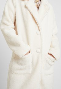 Honey Punch - COLLARED TEDDY COAT WITH FRONT POCKETS - Cappotto classico - ivory - 6