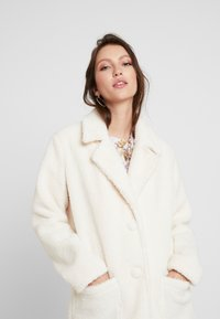 Honey Punch - COLLARED TEDDY COAT WITH FRONT POCKETS - Cappotto classico - ivory - 4