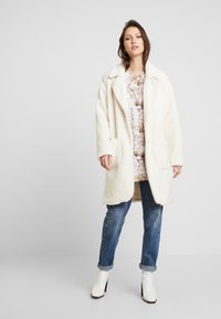Honey Punch - COLLARED TEDDY COAT WITH FRONT POCKETS - Cappotto classico - ivory - 1