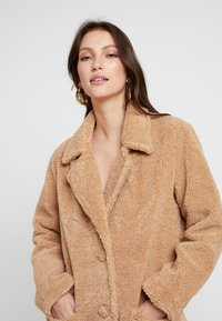 Honey Punch - COLLARED TEDDY COAT WITH FRONT POCKETS - Cappotto classico - tan - 3