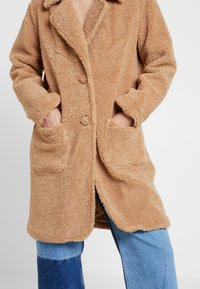 Honey Punch - COLLARED TEDDY COAT WITH FRONT POCKETS - Cappotto classico - tan - 5