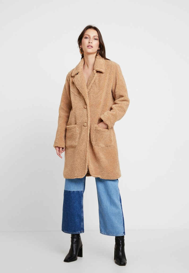 Honey Punch - COLLARED TEDDY COAT WITH FRONT POCKETS - Cappotto classico - tan