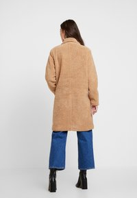 Honey Punch - COLLARED TEDDY COAT WITH FRONT POCKETS - Cappotto classico - tan - 2