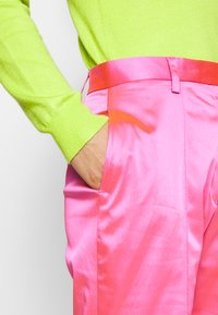 House of Holland - FLARED TAILORED TROUSER - Kalhoty - pink - 4