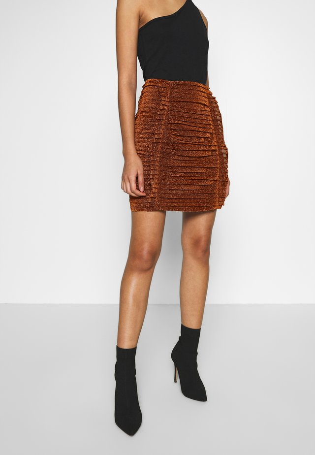 GATHERED MINI SKIRT - Minisukně - bronze