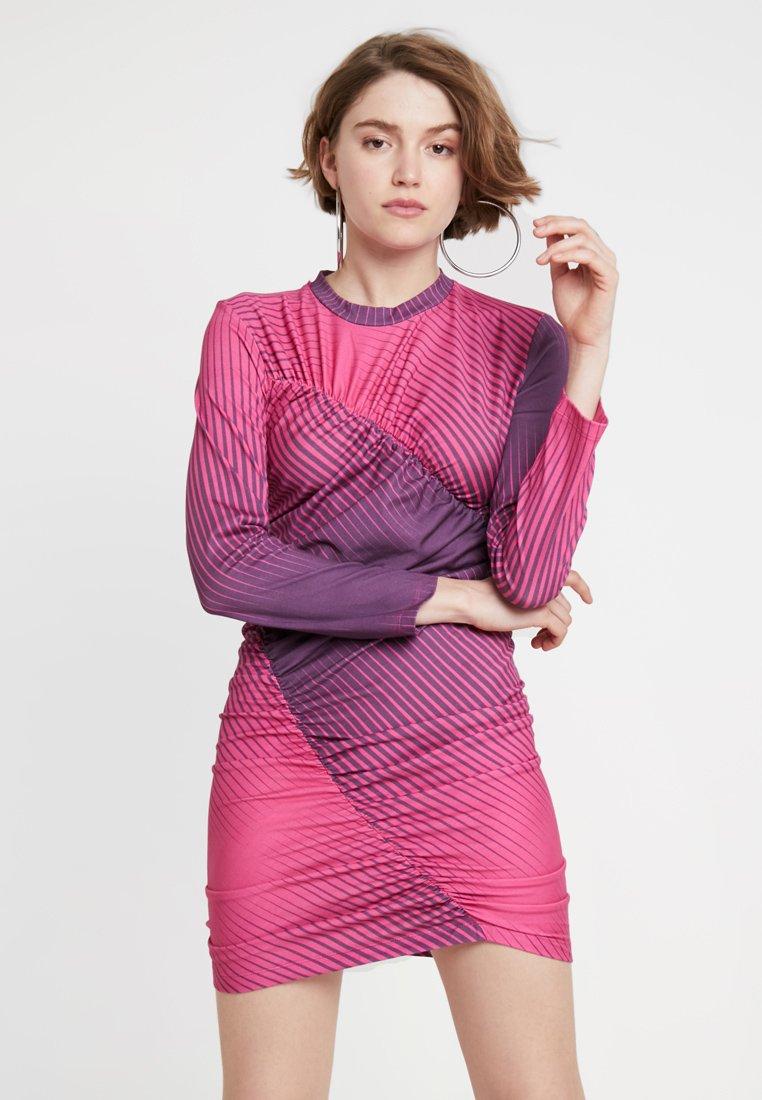 House of Holland - PRINT TWIST MINI DRESS - Etuikleid - pink/purple