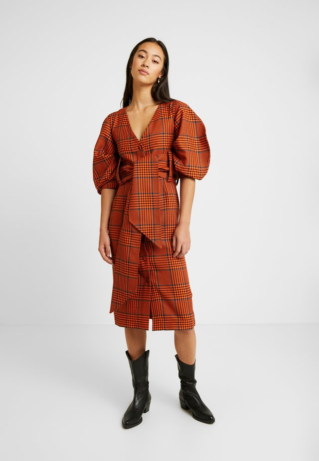 BRIGHT CHECK SAFARI MIDI DRESS - Robe chemise - orange/black