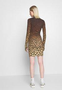 House of Holland - CHEETAH MINI DRESS - Pouzdrové šaty - brown multi - 2