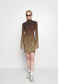 House of Holland - CHEETAH MINI DRESS - Pouzdrové šaty - brown multi - 1