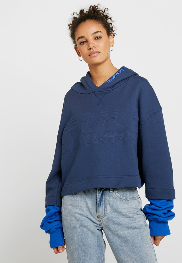 PULL IN EMERGENCY LAYERED CROPPED HOODIE - Sweat à capuche - blue