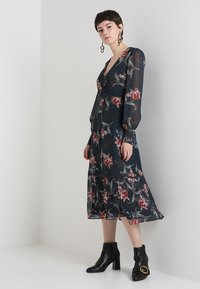 Hope & Ivy - PLUNGE BUTTON DOWN LONG SLEEVE  - Maxi šaty - navy - 1