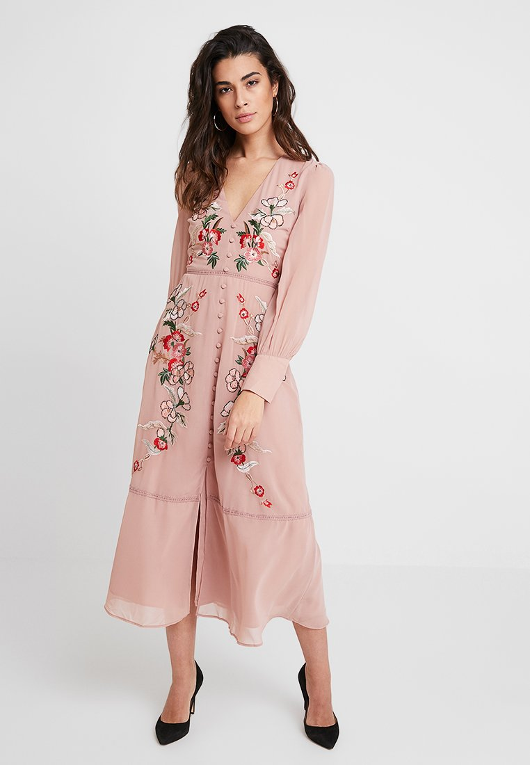 Hope & Ivy - EMBROIDERED LONG SLEEVE MIDI WITH FRILL COLLAR - Vestido de cóctel - nude