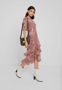Hope & Ivy - FLUTED SLEEVE MIDI DRESS - Cocktail dress / Party dress - blush - 2