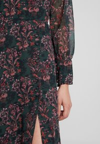 Hope & Ivy - MIDI DRESS WITH RUFFLE AND BUTTON DETAIL - Cocktailklänning - green - 6