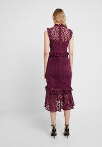 Hope & Ivy - PEPLUM DRESS WITH TRIMS - Koktejlové šaty/ šaty na párty - burgundy - 3