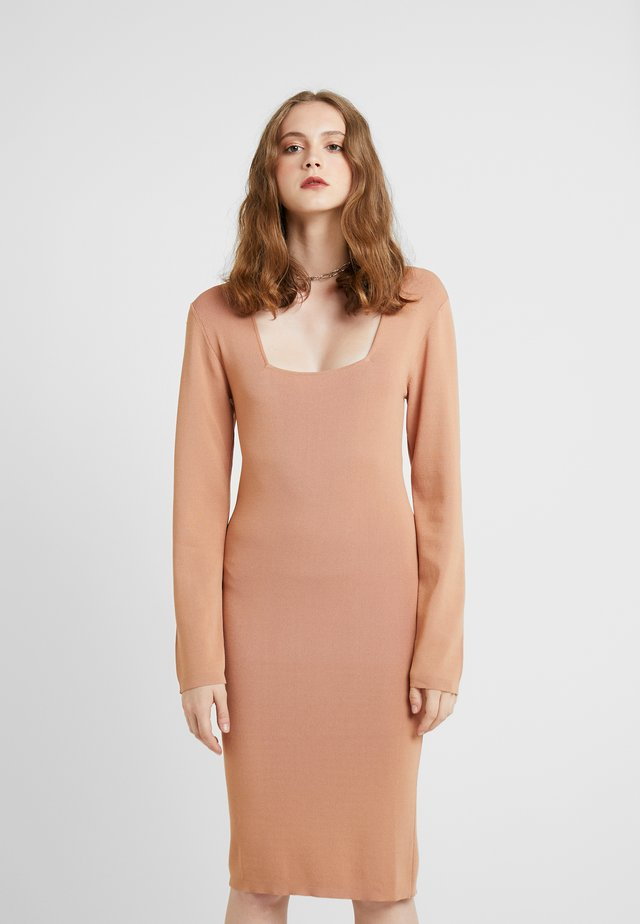 OLA DRESS - Strikket kjole - camel