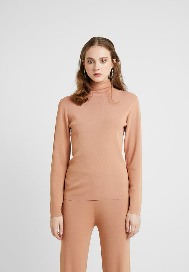 OLA TURTLENECK - Strikkegenser - camel
