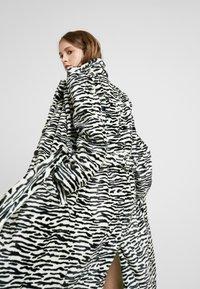 HOSBJERG - OLE COAT - Winter coat - black - 4