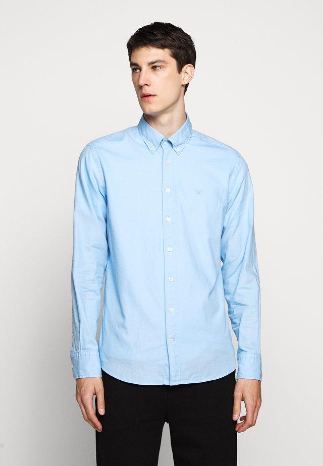 Kostymskjorta - sky