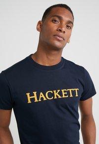 Hackett London - ARMY TEE - T-shirt med print - ink - 4