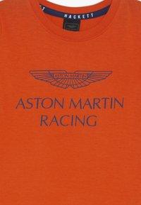 Hackett London - ASTON MARTIN RACING WINGS - Triko spotiskem - orange - 3