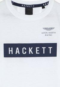 Hackett London - ASTON MARTIN RACING LOGO - Triko spotiskem - white - 3
