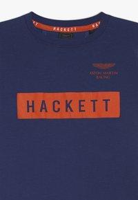 Hackett London - ASTON MARTIN RACING LOGO - Triko spotiskem - dark blue - 3