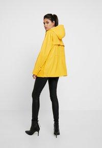 Hunter - WOMENS ORIGINAL LIGHTWEIGHT RUBBERISED JACKET - Parka - yellow - 2