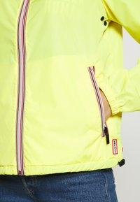 Hunter - WOMENS ORIGINAL SHELL JACKET - Waterproof jacket - yellow - 6