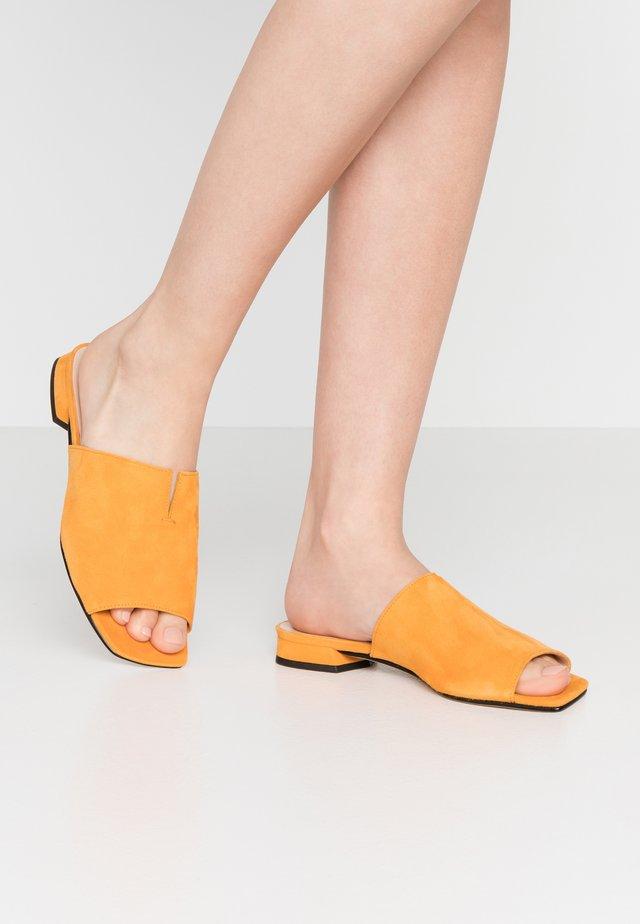 Klapki - mango
