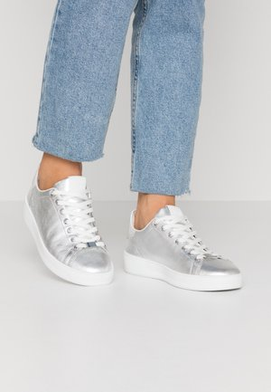 Trainers - metallic silver