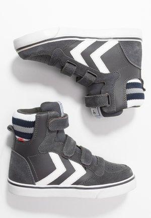 Sneakers alte - asphalt