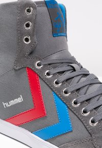 Hummel - SLIMMER STADIL - Zapatillas altas - castle rock/ribbon red/brilliant blue - 5