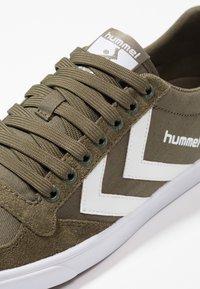 Hummel - SLIMMER STADIL LOW - Zapatillas - dark olive - 5