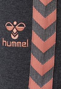 Hummel - HMLQUELL - Trainingsbroek - mottled anthracite - 2