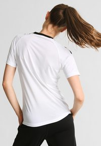 Hummel - AUTHENTIC CHARGE - Printtipaita - white - 2
