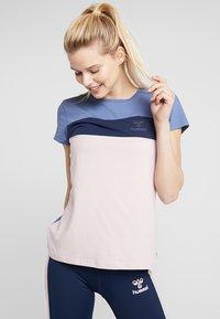 Hummel - ADEN - T-shirt z nadrukiem - burnished lilac - 0