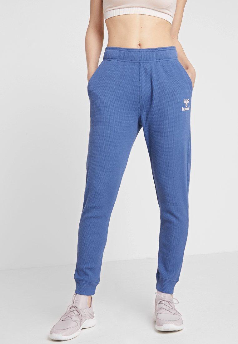 Hummel - HMLSOLAR PANTS - Träningsbyxor - bijou blue