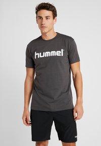 Hummel - GO LOGO - T-shirts med print - asphalt - 0